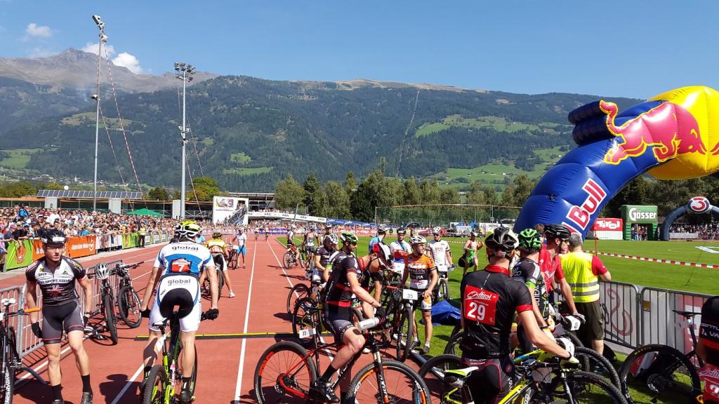 Volles Lienzer Dolomitenstadion wo die Übergabe von Paraglider auf Mountainbiker erfolgte.