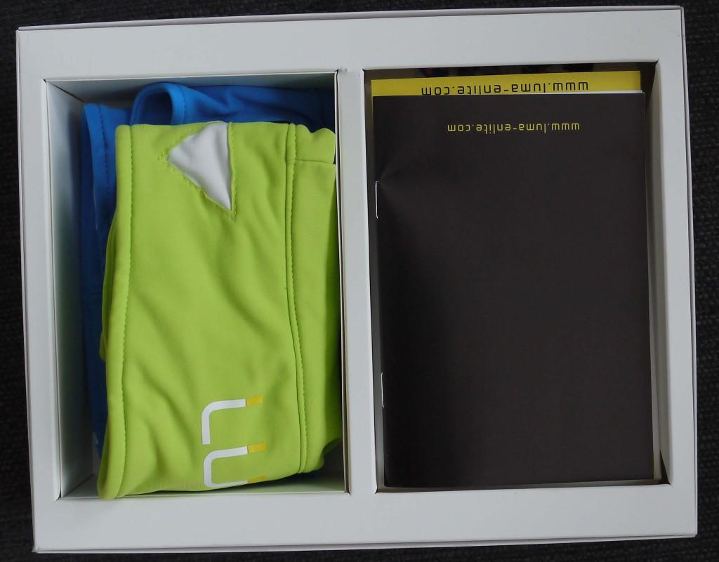 Innen befindet sich die Gebrauchsanweisung und die beiden Textilien und in einer der beiden die dazu passende Elektronik.